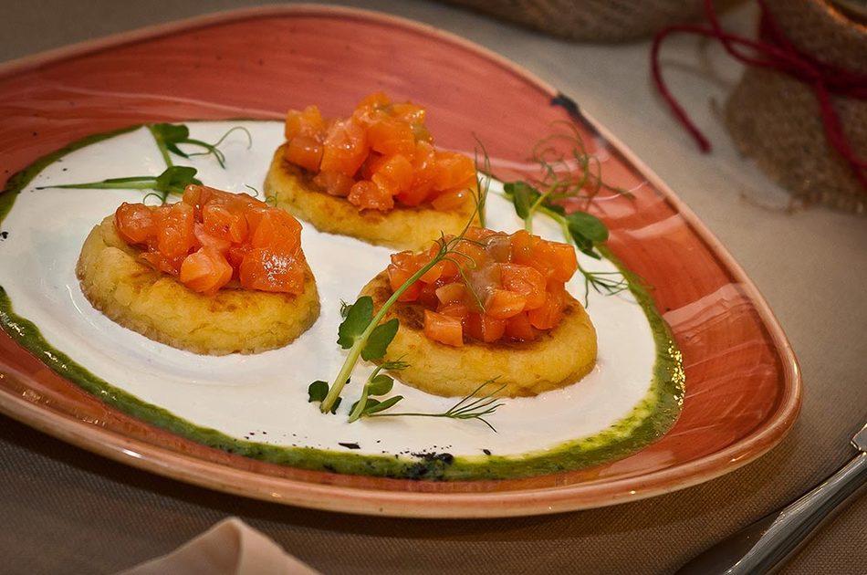 Солёные картофельники с тартаром из слабосолёного лосося и сметанным соусом